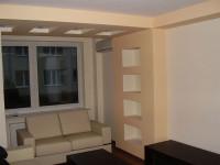 ozdobne konstrukcje z regipsu, półki i sufit obniżony