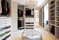 duża garderoba  a raczej pokój garderobiany w stylu glamur