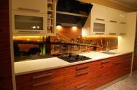 Grafika na szkle między meblami w kuchni