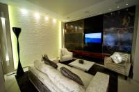 salon, pokój dzienny, panele z grafiką zasłaniają telewizor na ścianie