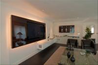 salon telewizyjny, wielki telewizor na ścianie z podświetleniem
