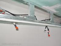 podłączenie kabli do oświetlenia led w suficie podwieszanym. instalacja elektryczna w konstrukcji