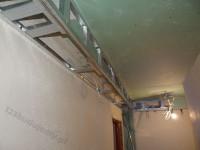 półka z karton gipsu pod sufitem na oświetlenie halogenowe led
