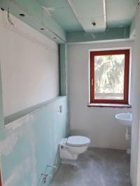 zabudowa stelaża wc geberit ozdobny sufit podwieszany z kartongipsu