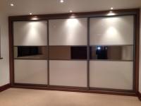 ciekawy design drzwi przesuwnych zabudowy szafy w salonie, trzy elementy trzy pasy podświetlenie ...