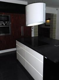 Elementy lakierowane na fronty kuchenne, połączone z fornirem również lakierowanym na wysoki poł ...