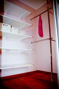 zabudowa garderoby półki i drążki na ubrania