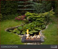 Oczko wodne i kominek? Taki ogród wygląda bajkowo! Biokominek świetnie też spełnia się jako oświ ...