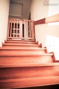 drewniane schody, bramka zabezpieczająca dzieko