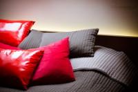 Podświetlenie led łóżka, aranżacja oświetlenia w sypialni, nastrojowe światło w sypialni