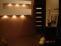 ozdobna konstrukcja z regipsów na ścianie z podświetleniem , półki