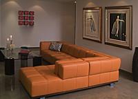 duży pomarańczowy narożnik w salonie