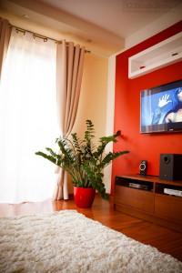 aranżacja ściany z telewizorem w sypialni, ozdobna ściana z podświetleniem led
