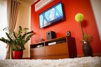 ozdobna ściana z wiszącym telewizorem z półką i podświetleniem led