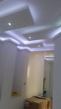 dwupoziomowy sufit podwieszany, ciekawy wzór ładne podświetlenie