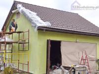 Tynkowanie natryskowe elewacji garażu, tynk sisi. Brama garażowa garaż dwustanowiskowy