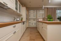 Mieszkanie w stylu klasycznym – kuchnia (www.decoroom.eu)
