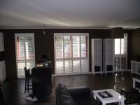 Salon, białe okiennice – shutters