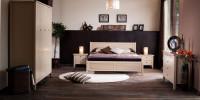 Piękna drewniana sypialnia tworząca idealne miejsce do wypoczynku i relaksu.