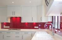 Białe meble i czerwone panele szklane lacobel