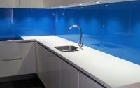 Niebieski lacobel pomiędzy meblami kuchennymi nad blatem