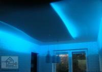 Sufit podwieszany wraz z oświetleniem LED w różnych kolorach.