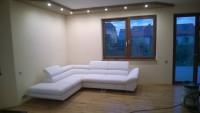 biały narożnik w salonie, gzyms podwieszany z podświetleniem led na suficie