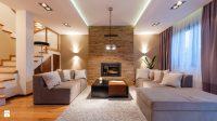 Wystrój salonu z sufitem podwieszanym oraz oświetlenie led