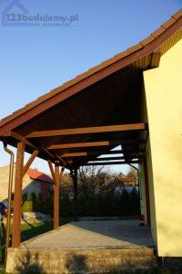 Taras przy domu, przedłużony dach tworzy zadaszenie