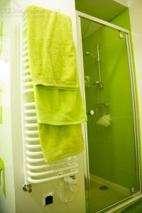 Wnęka prysznicowa, ręcznikowiec zielona łazienka