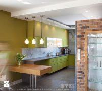 Aranżacja kuchni w stylu loft wraz z sufitami podwieszanymi i oświetleniem wiszącym