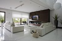 Jasny salon z wykonanymi sufitami podwieszanymi i oświetleniem