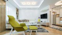 Aranżacja salonu z sufitem podwieszanym i oświetleniem LED