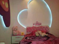 Ciekawa konstrukcja na ścianie w sypialni dziewczynki