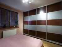 Szafa na całej ścianie w sypialni, drzwi przesuwne