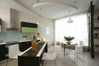 Projekt kuchnio-jadalni. Sufit podwieszany w kształcie koła.