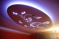 Sufit podwieszany – oświetlony – klucz wiolinowy i nutki
