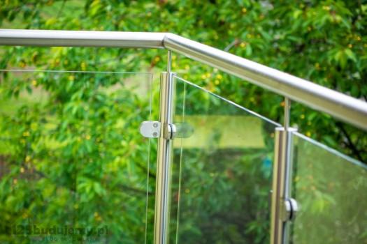 Szklana balustrada na balkonie poręcz z nierdzewki