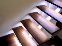 Schody drewniane na konstrukcji metalowej z oświetleniem led