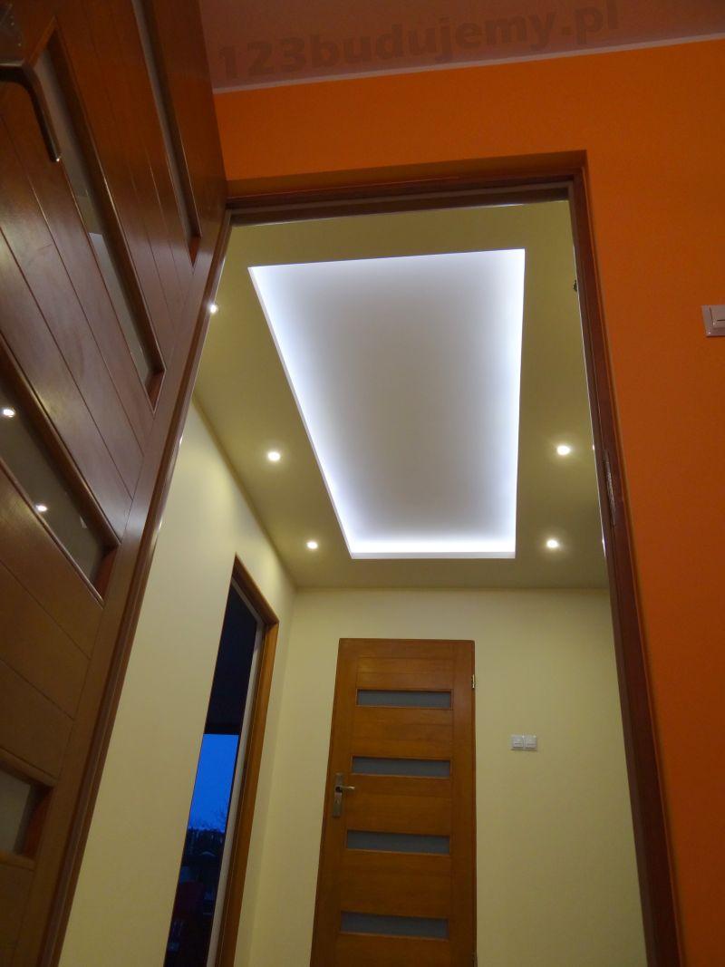 Sufit podwieszany na korytarzu z oświetleniem led