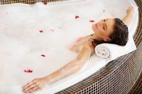– Obecnie jednym z trendów wykańczania łazienki jest obudowywanie wanien, prostokątnych i  ...