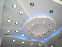Konstrukcje na suficie z oświetleniem