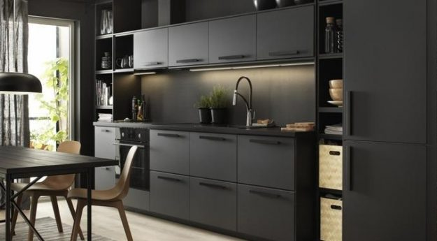 Kuchnia w czarnych barwach, czarne meble kuchenne