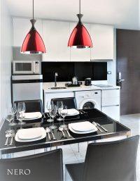 Lampa wisząca Nero dostępna jest w kolorze czerwonym lub czarnym.