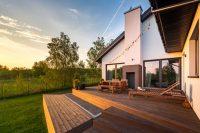 Do zbudowania tarasu będziesz potrzebować takie materiały, jak:  •Deski tarasowe, piła do drewn ...