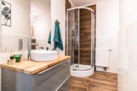 Nowocześnie urządzona mała łazienka w mieszkaniu w bloku