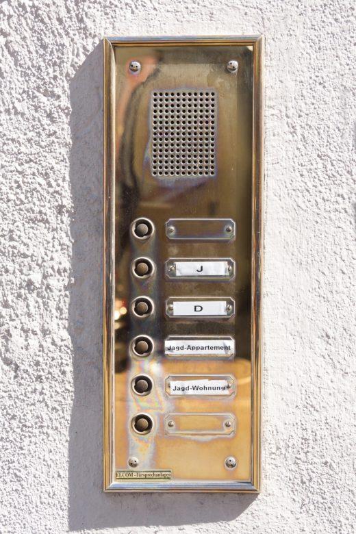 Dzwonek, domofon, a może wideodomofon, czyli co jest niezbędne, a co zbędne w każdym domu. Funkcjonalność ma znacznie!