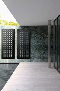 Ażurowe panele dekoracyjne na patio.